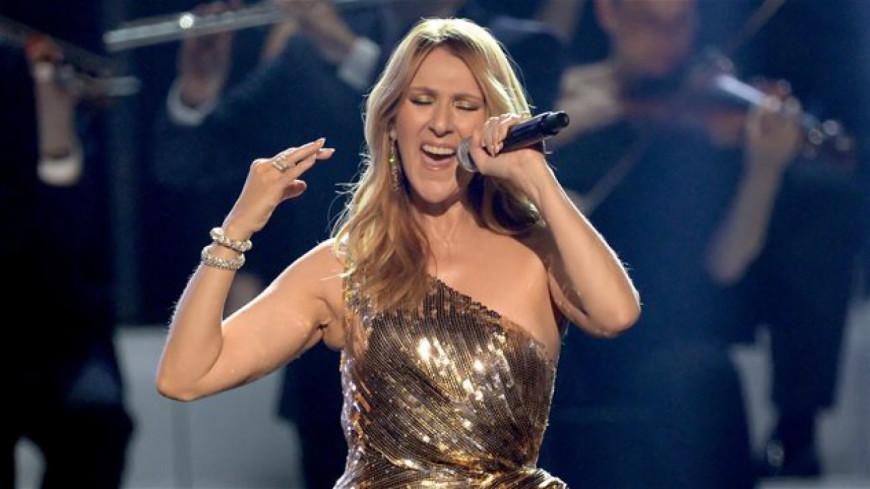 Voyez Céline Dion chanter en direct de Paris maintenant (VIDÉO)