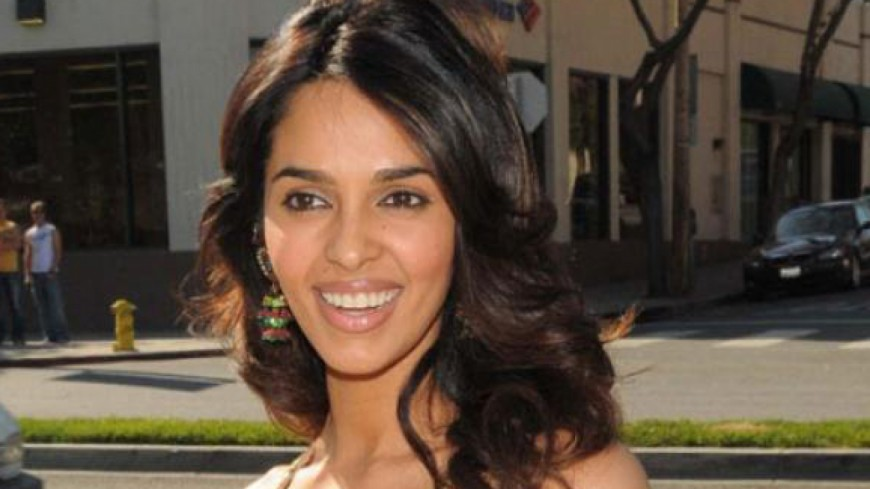 La star indienne violemment agressée avec son chéri à Paris — Mallika Sherawat