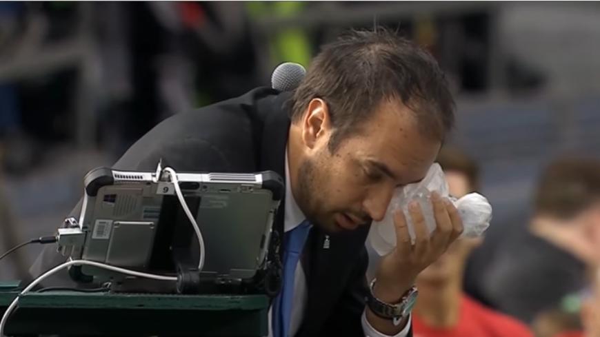 (Vidéo) Tennis : un arbitre prend une balle de tennis en pleine tête